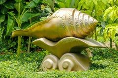 Złota konchy statua używać dekorować parka Obrazy Royalty Free