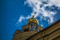 Złota kopuła przeciw niebieskiemu niebu Obrazy Stock