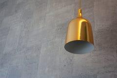 Złota lampa z cementowym tłem Fotografia Stock