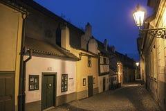Złota linia w Praga nocą zdjęcie stock