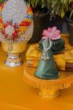 Złota lotosowa taca z piedestał rzeźbą Fotografia Stock