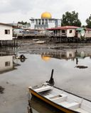 Złota Meczetowa kopuła Nad biedy ubóstwa wioski Disrepair bieg puszek zdjęcie stock