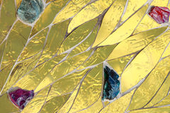 Złota mozaika dekorująca z barwionym kamienia tłem Błyszczącej żółtego złota koloru dekoracyjnej tekstury Jaskrawy genialny glans Obrazy Royalty Free