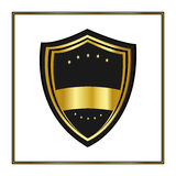 Złota osłona z gwiazdami w modnym mieszkanie stylu odizolowywającym na białym tle Zwiastuna logo i średniowieczny osłona symbol d Fotografia Royalty Free