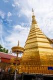 Złota pagoda od - królewskiej świątyni Wat Phra Który Cho Hae, Phrae, Tajlandia Zdjęcie Stock