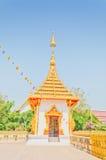 Złota pagoda przy Tajlandzką świątynią, Khonkaen Tajlandia Zdjęcie Stock