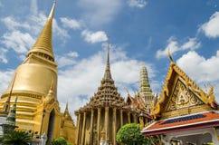 Złota pagoda przy Watem Phra Kaew, świątynia Szmaragdowy Buddha jest sławnym świątynią w Bangkok, Tajlandia Zdjęcie Royalty Free