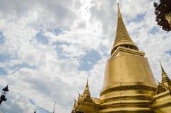 Złota pagoda przy Watem Phra Kaew, świątynia Szmaragdowy Buddha jest sławnym świątynią w Bangkok, Tajlandia Fotografia Royalty Free