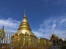 Złota pagoda przy Watem Phra Który Hariphunchai, Lamphun prowincja, Tajlandia obrazy royalty free