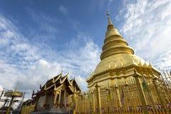 Złota pagoda przy Watem Phra Który Hariphunchai, Lamphun prowincja, Tajlandia fotografia stock