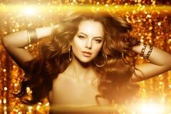 Złota piękna mody kobieta, model z błyszczącym zdrowym długim v zdjęcie royalty free