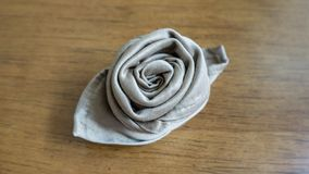 złota pieluchy origami róży stołu dekoracja dla partyjnych wydarzeń i wakacji Drewniany Stołowy tło zdjęcia royalty free