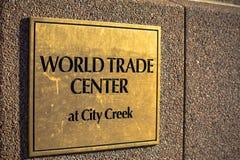Złota plakieta world trade center przy miasto zatoczką obrazy stock