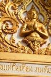Złota postać Buddha bóg rzeźbił na Azjatyckiej Buddyjskiej świątyni Obrazy Stock