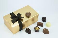 Złota pudełko z asortowanymi czekoladami. Zdjęcia Royalty Free