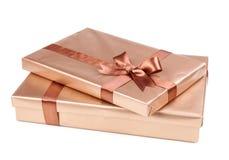 Złota pudełko z prezentami i brązu łękiem Obrazy Stock