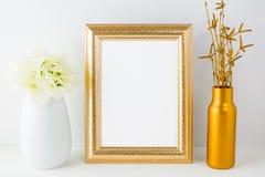 Złota ramowy mockup z złotą wazy i kości słoniowej hortensją Obraz Royalty Free