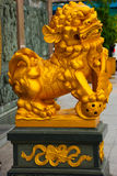 Złota rzeźba przy wejściem Tua Pek Kong chińczyka świątynia Bintulu miasto, Borneo, Sarawak, Malezja obrazy stock