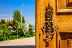 Złota rzeźbiąca rękojeść drewniany drzwi przy pogodnym letnim dniem w Hazrat imama zespole w centrum Tashkent miasto Obraz Stock