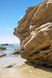 Złota skała w seashore z jasnym niebieskim niebem widzieć od le Zdjęcie Stock