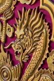Złota smok głowa na Czerwonym drewnianym drzwi Obrazy Royalty Free