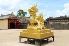 Złota smok statua w Wietnam, odcień cytadela Obraz Stock