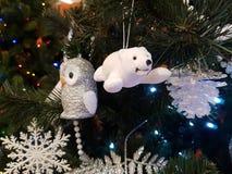 Złota sowa i niedźwiedź polarny na gałąź choinka zdjęcie royalty free