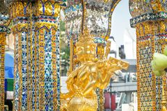 Złota statua Thao Maha Phrom przy Erawan świątynią obrazy royalty free