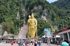 Złota statua władyka Muragan przy wejściem Batu jam Hinduska świątynia blisko Kuala Lumpur, Malezja Fotografia Stock