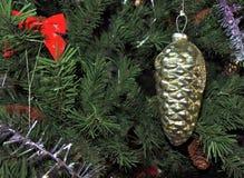 złota szyszkowa sosna roczników bożych narodzeń zabawki na nowego roku drzewa tle Obrazy Stock