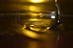 Złota wody powierzchnia, Wodny pluśnięcie Zdjęcia Royalty Free