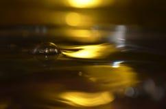 Złota wody powierzchnia, Wodny pluśnięcie Obrazy Royalty Free