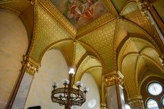 Złote ściany i korytarz w Budapest parlamencie obraz royalty free