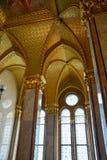 Złote ściany i korytarz w Budapest parlamencie obrazy royalty free