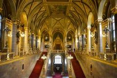 Złote ściany, korytarz i schody w Budapest parlamencie, zdjęcia stock