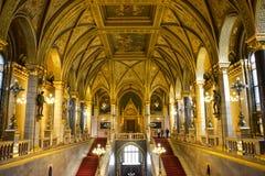 Złote ściany, korytarz i schody w Budapest parlamencie, obraz stock