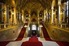 Złote ściany, korytarz i schody w Budapest parlamencie, fotografia royalty free