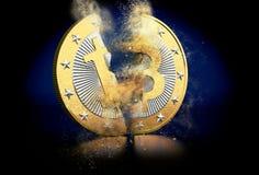 Złote Bitoin przerwy w dwa fotografia stock