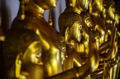Złote Buddha statuy w świątyni w Tajlandia fotografia royalty free