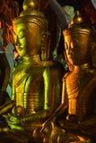 Złote Buddha statuy w Pindaya Zawalają się, Myanmar Obraz Stock