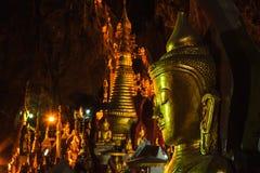 Złote Buddha statuy w Pindaya Zawalają się, Myanmar Zdjęcia Stock