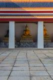 Złote Buddha statuy w Wacie Pho Kaew, Bangkok, Tajlandia zdjęcia royalty free