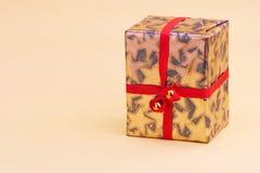 złote geschenkpaket goldenes działek Obrazy Royalty Free