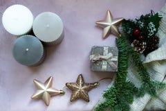 Złote gwiazdy, prezenta pudełko, choinki gałąź i dekoracje na świetle, - różowy textured tło fotografia stock