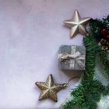 Złote gwiazdy, prezenta pudełko, choinki gałąź i dekoracje na świetle, - różowy textured tło obrazy stock