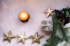 Złote gwiazdy, prezenta pudełko, choinki gałąź i dekoracje na świetle, - różowy textured tło zdjęcie stock