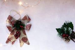 Złote gwiazdy, prezenta pudełko, choinki gałąź i dekoracje na świetle, - różowy textured tło zdjęcia stock