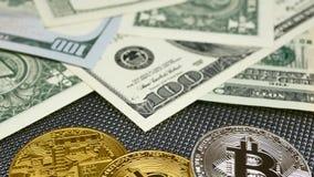 Złote i srebne bitcoin monety i amerykańscy dolary notatek na abstrakcjonistycznym tle Bitcoin cryptocurrency zbiory