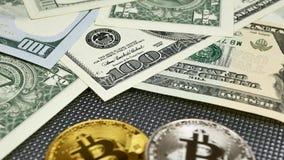 Złote i srebne bitcoin monety i amerykańscy dolary notatek na abstrakcjonistycznym tle Bitcoin cryptocurrency zdjęcie wideo