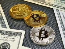 Złote i srebne bitcoin monety i amerykańscy dolary notatek na abstrakcjonistycznym tle Bitcoin cryptocurrency Zdjęcia Stock